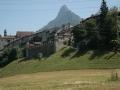 Szczyt, na którym położony jest zamek, obok którego mieści się muzeum.