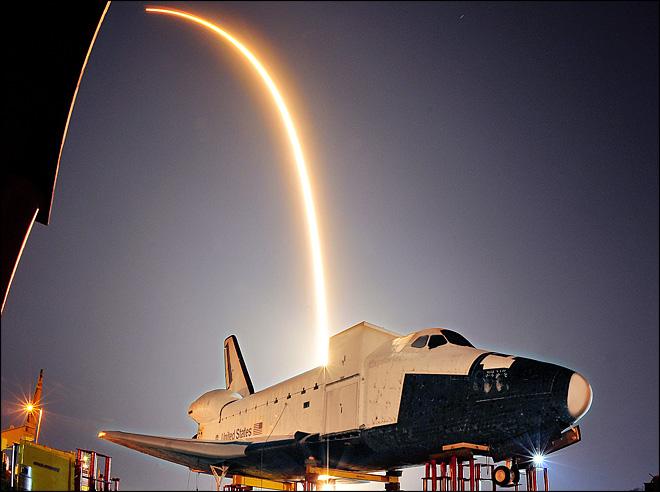 Artystyczne ujęcie z x-37B i startującym Sokołem